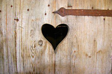 Herz in Holzwand auf einer Klotür
