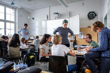 Aufnahmen aus der inklusiven Sophie-Scholl Schule in Berlin, ca. 7-8 Schüler_innenund pädagogische Fachkräfte mitten in einer Unterrichtssituation