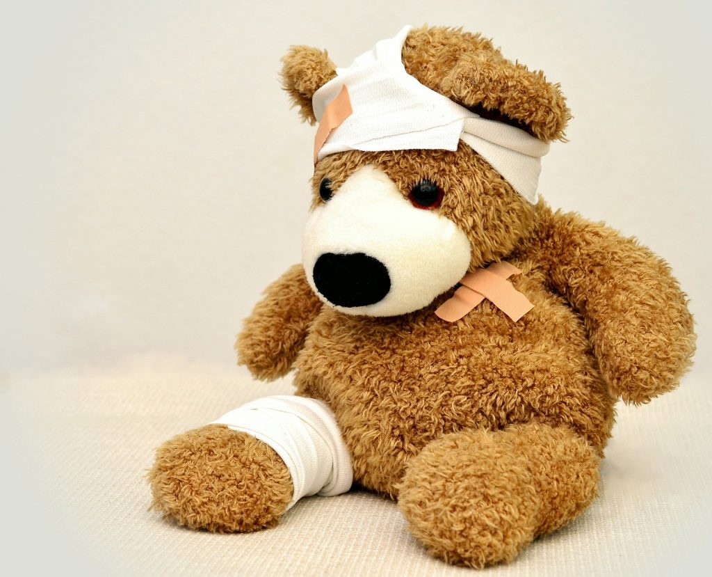 Teddybär mit vielen Pflastern